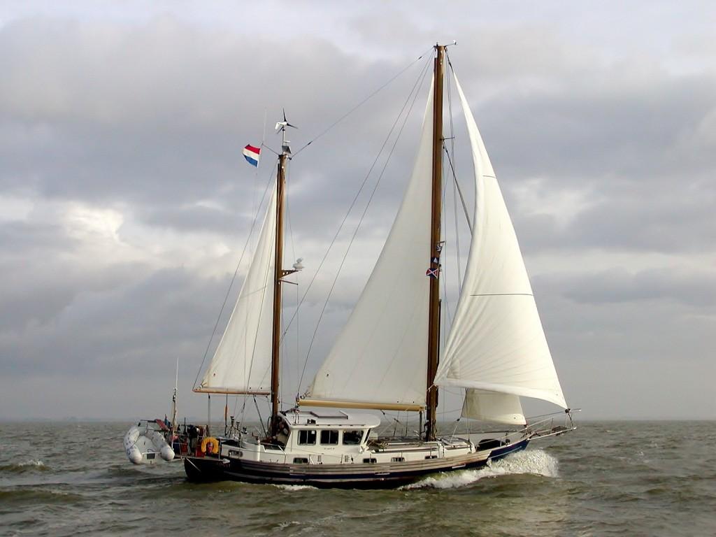 Fisher 46 (ketch) De trots van de Fishervloot: de F46, hier in volle glorie. Ten opzichte van de andere types is er veel binnenruimte en deze Fisher heeft een groter zeiloppervlak vanwege de genua, die dankzij de preekstoel mogelijk is. Het achterbalkon geeft extra dekruimte. In Nederland vaart er één van rond!