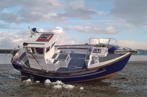 Fisher 25P (Potter, steunzeil) Deze drooggevallen Potter toont zichzelf. Het is een ideale dagboot (met overigens 2 kooien voorin). Veel veilig dek-oppervlak, soms met steunzeil uitgevoerd.
