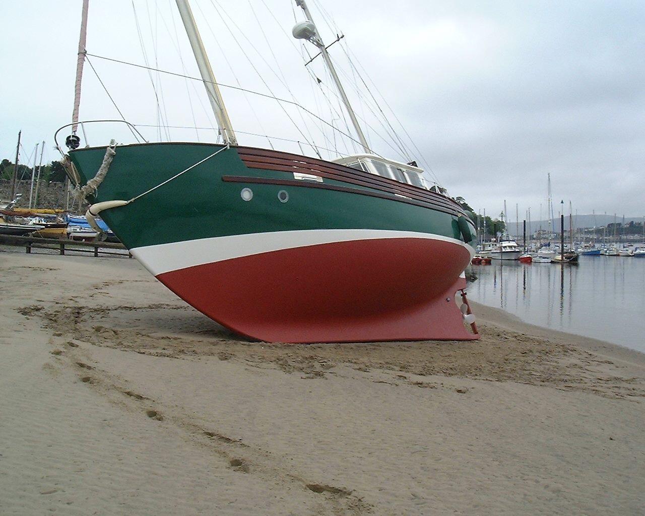 Een Fisher 37 droog gezet op het strand.
